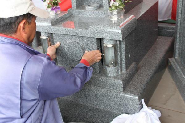 納骨の方法(当店オリジナル墓石の場合)